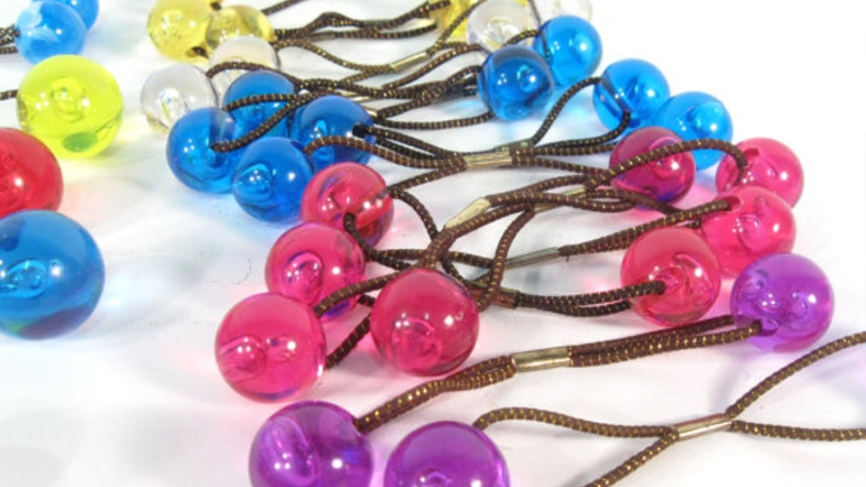 13 Accessories Every  90s Cool Girl Used In Her Hair If She Was Totally Fly 814034e5ab8