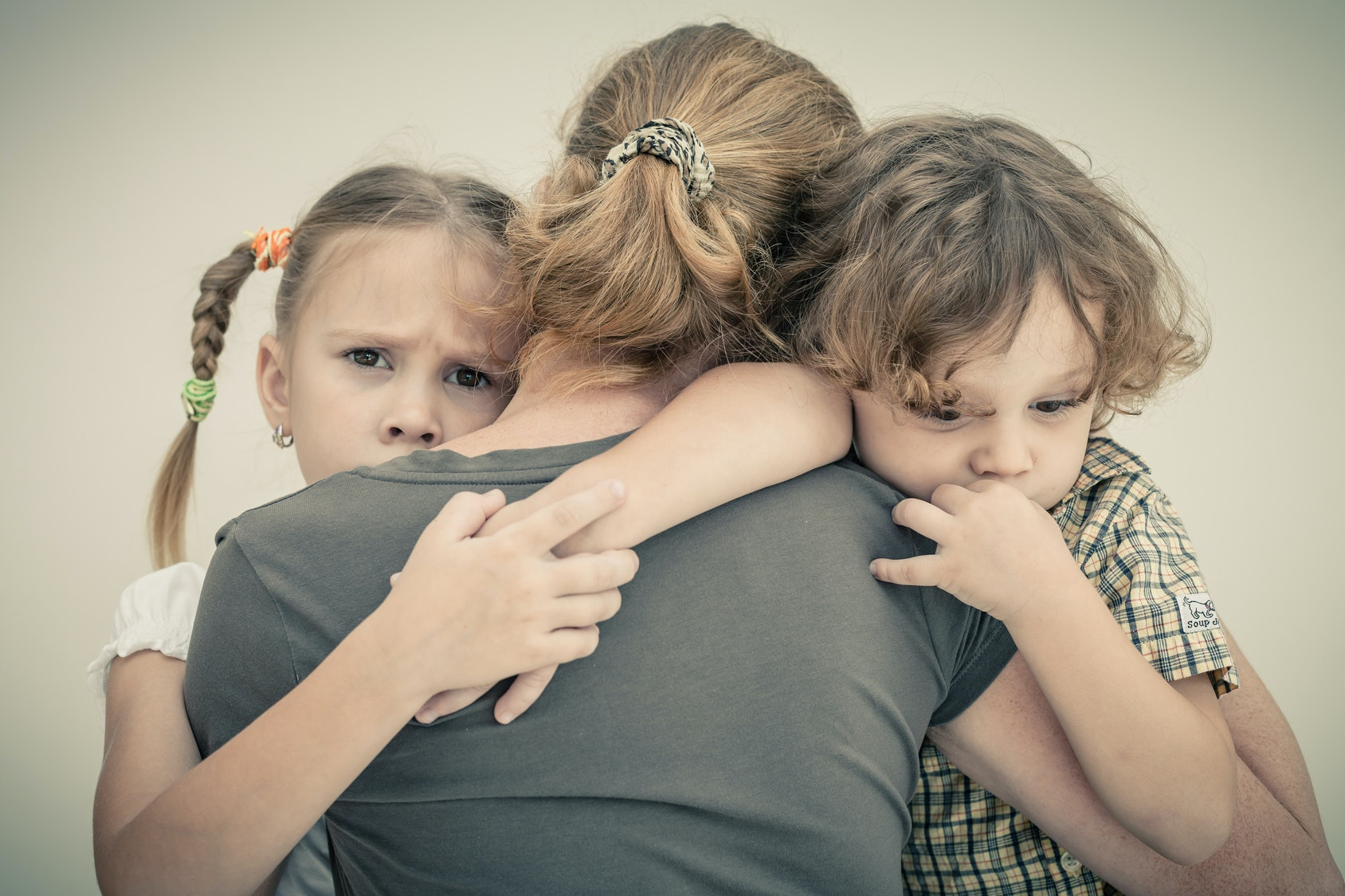 The child does not let go mom: 8 ways to do without hysterics
