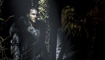 Zach McGowan as Roan and Eliza Taylor as Clarke in 'The 100' Season 4