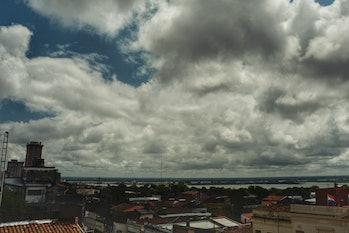 Asuncion nubes sobre el rio