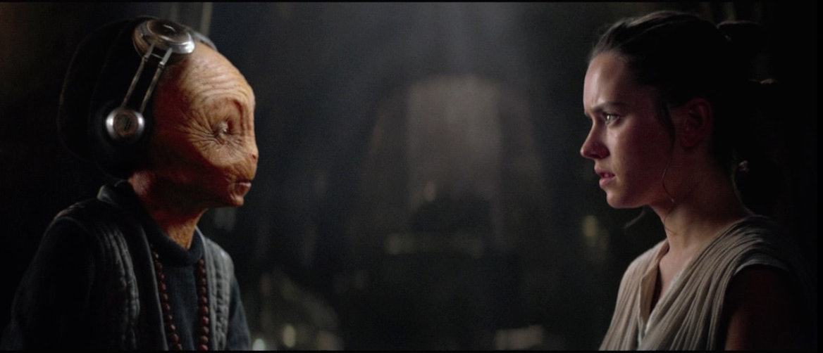 Maz Kanata and Rey have a meeting in 'Star Wars: The Force Awakens'