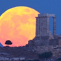 Why the Bloody Moon in Viral Poseidon's Temple Photo Looks So Big
