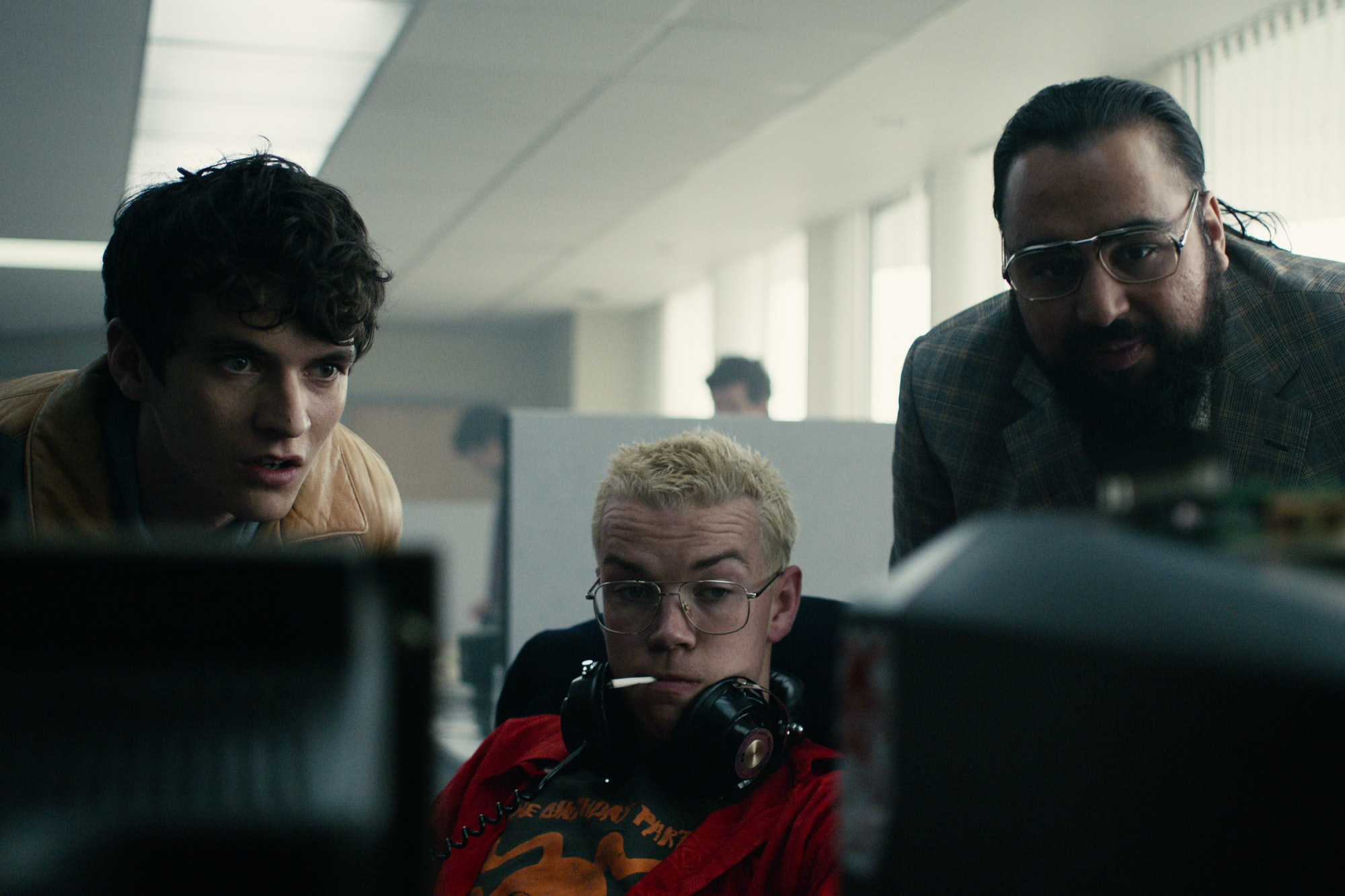 Still of Fionn Whitehead and Will Poulter in Tucker offices in Bandersnatch