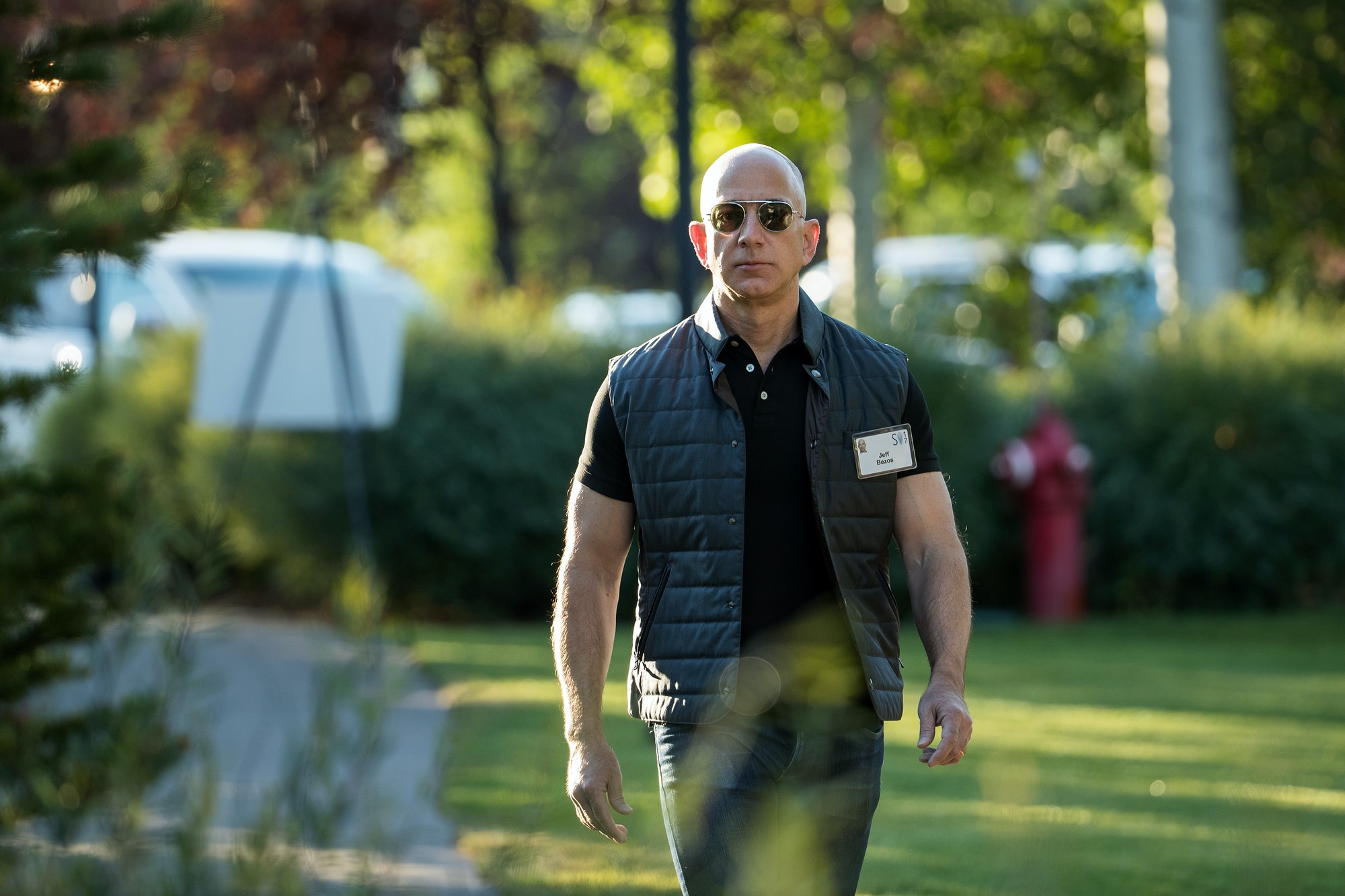 SUN VALLEY, ID - JULY 13: Jeff Bezos, chief executive officer of Amazon, arrives for the third day of the annual Allen & Company Sun Valley Conference, July 13,2017in Sun Valley, Idaho. Every July, some of the world's most wealthy and powerful businesspeople from the media, finance,technologyand political spheres converge at the Sun Valley Resort for the exclusive weeklong conference. (Photo by Drew Angerer/Getty Images)