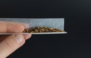 Mann dreht Zigarette von Hand