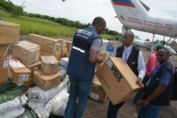 To respond to the Ebola epidemics, logisticians of the World Health Organization (WHO) deploy the first protection and medical kits in Likati (Bas-Uele province).