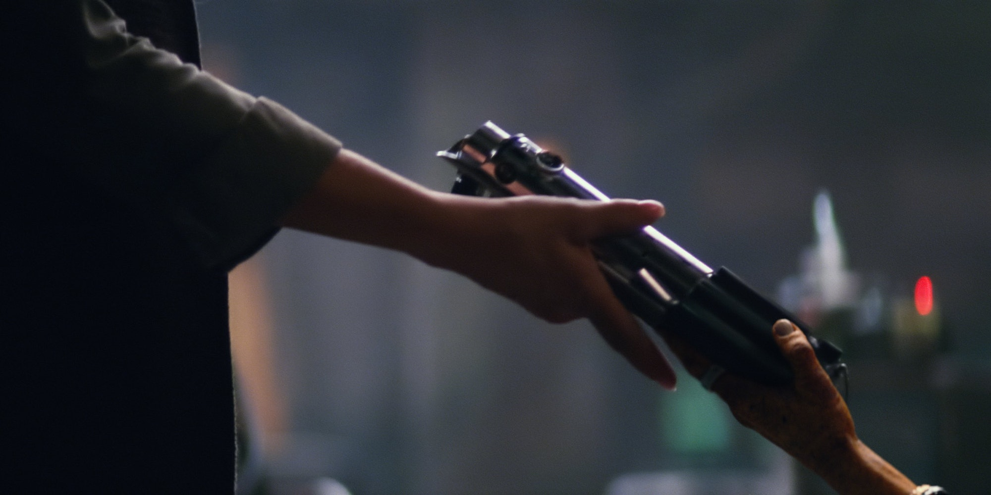 Maz hands Leia the family lightsaber in a deleted scene from 'The Force Awakens'
