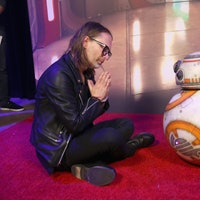 'Last Jedi' Premiere: BB-8 Meets Tom Yorke of Radiohead