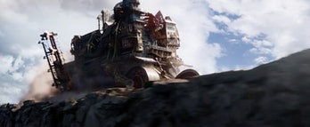 Hester Shaw's mining town is in trouble in the 'Mortal Engines' trailer.