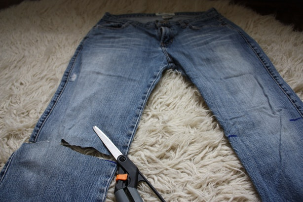 how to cut the bottoms of jeans