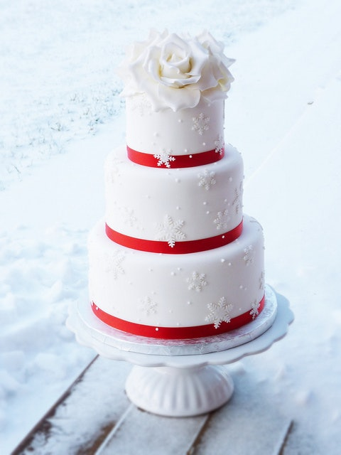 This Snowflake Cake Is The Perfect Combination Of Winter Elegance With A Hint Color And Personally I Think Going White Roses Instead