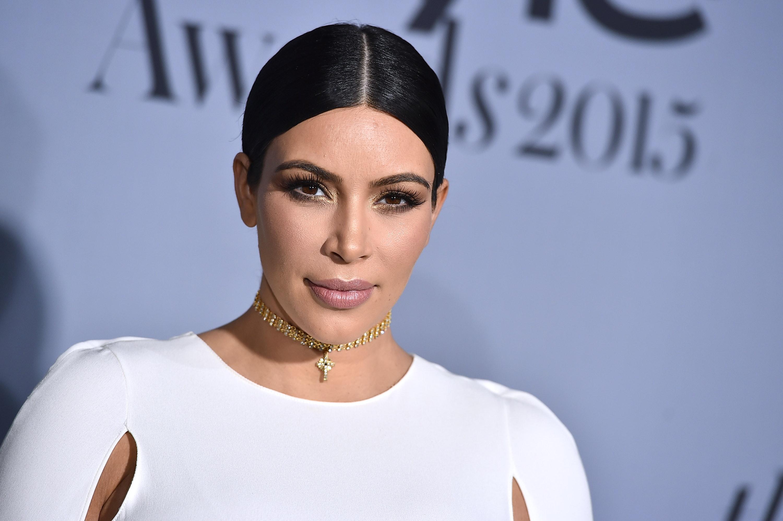 Uudella E!Onlinen videolla Kim Kardashian kertoo sisarilleen ryöstäjistä.