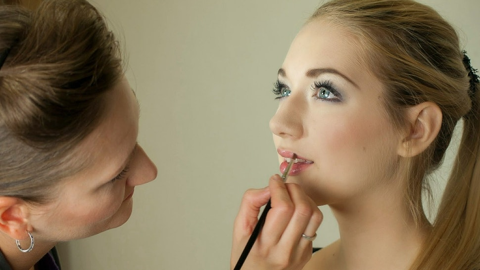 7 Things Makeup Artists Want You To Know About Getting Your Makeup Done For Prom