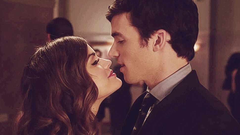 why is ezra dating aria