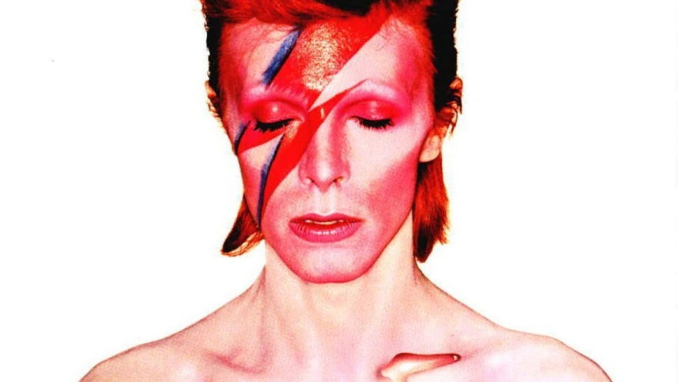 8c9ab0e9976 David Bowie s Most Influential Makeup Looks Are A Stunning Tribute To His  Life — PHOTOS