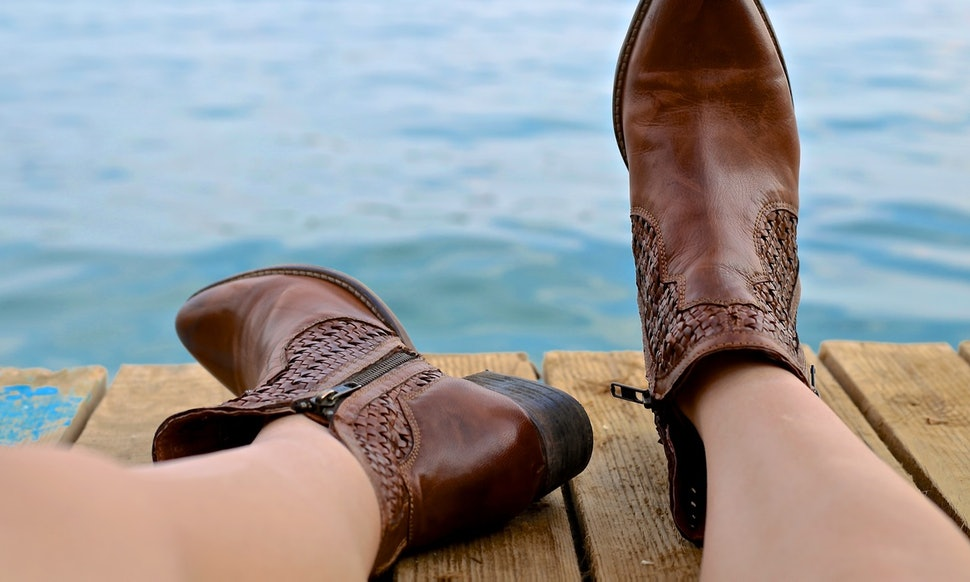 7 Shoe Ping Tips For Wide Feet So You Can Find Cute Kicks At Any Width