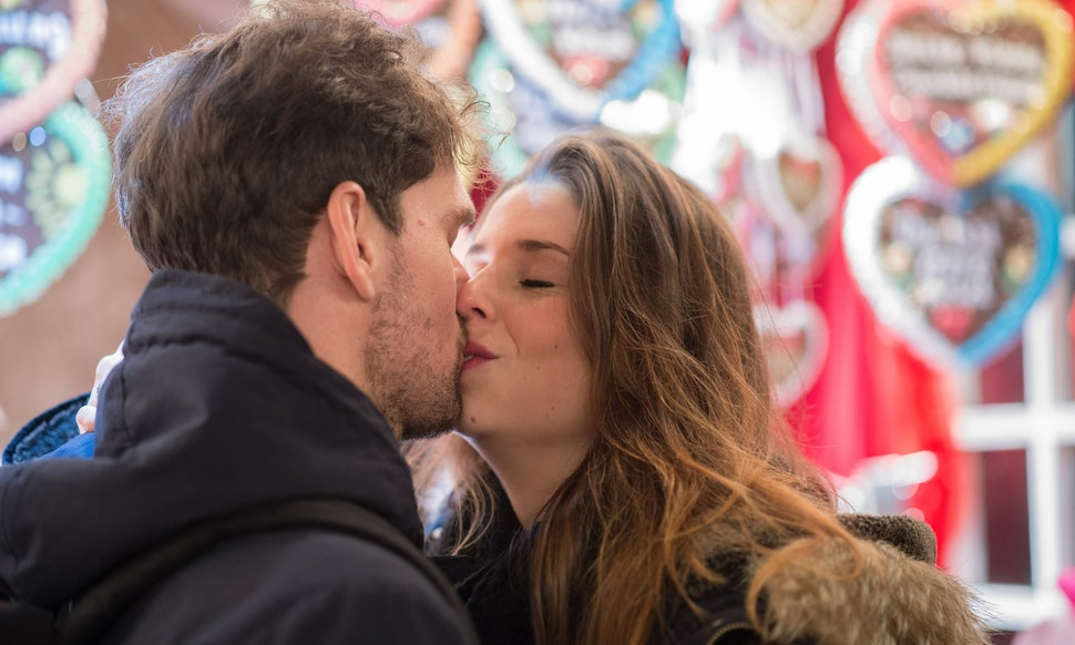 Should You Kiss On The First Date? Women Weigh In On When The Moment Is  Right — VIDEO