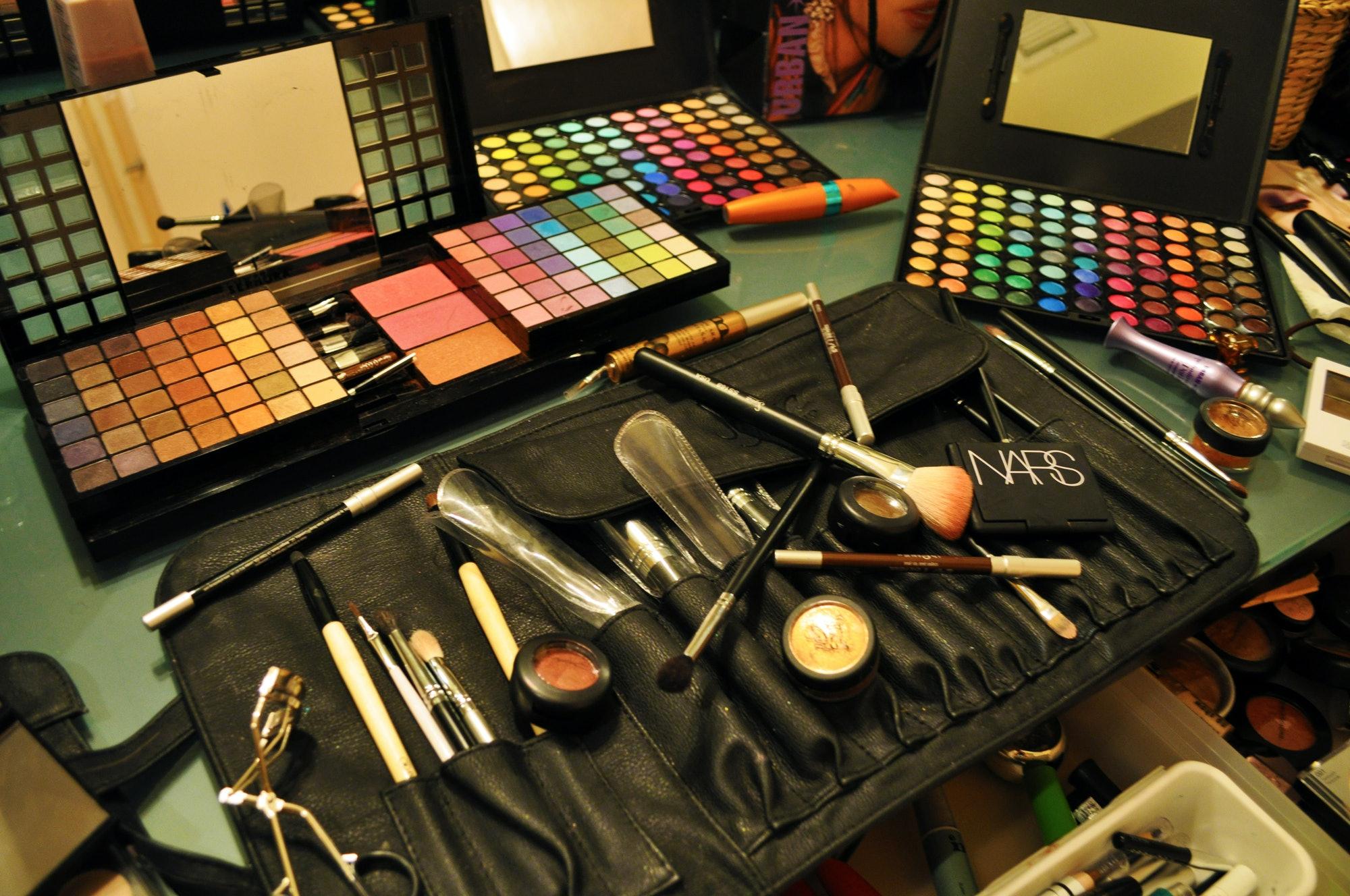 Dating makeup kits