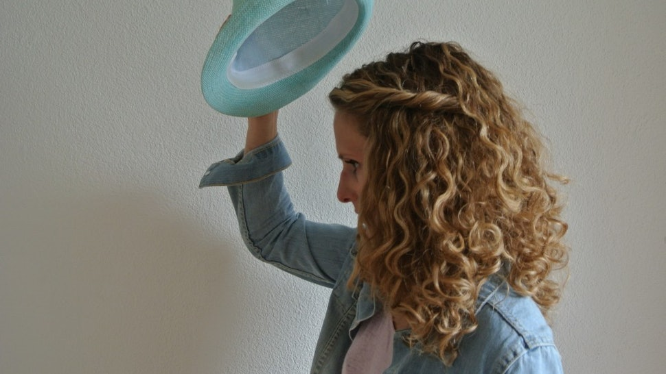 7 Best Hat Hairstyles For Curly Hair Will Inspire You To Play Up Your  Natural Waves — PHOTOS 93a832cb6bf