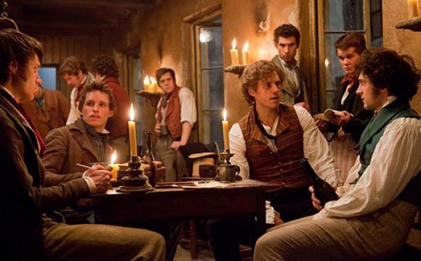 レ・ミゼラブル2012映画の革命派青年たちの画像
