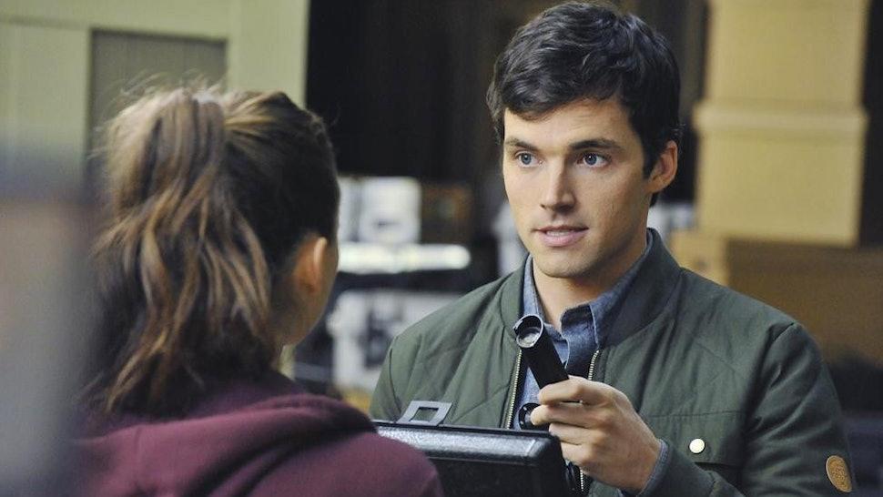 Ezra In 'Pretty Little Liars' Season 1 Left Clues That He