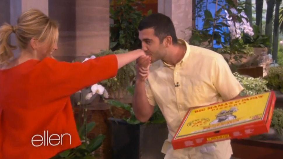 Ellen DeGeneres Surprises Oscar Pizza Guy With Julia Roberts