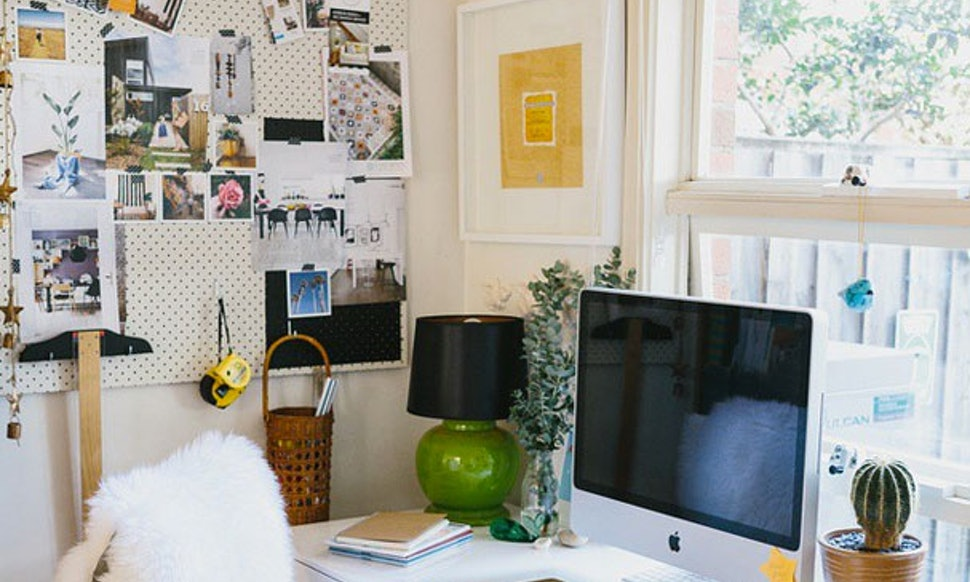 how to organize your desk so that your workspace no longer resembles