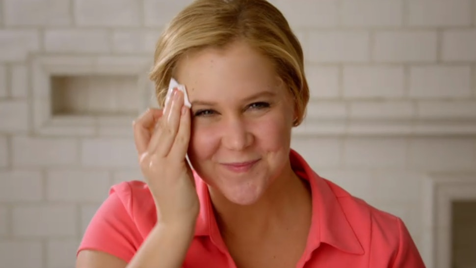 "Amy Schumer ""Girl You Don't Need Makeup?"" Sketch Makes A Great Point About Natural Beauty That Women Can Relate To"
