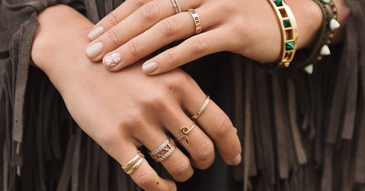 8c316e2242e59 21 Photos Of Stackable Rings That'll Teach You How To Wear A Bunch ...