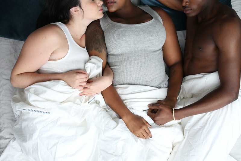 Threesome Kissed While Fucked