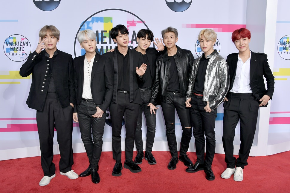 V Bts Ama 2017 >> Bts S 2017 American Music Awards Outfits Make 90s Boy Band Fashion