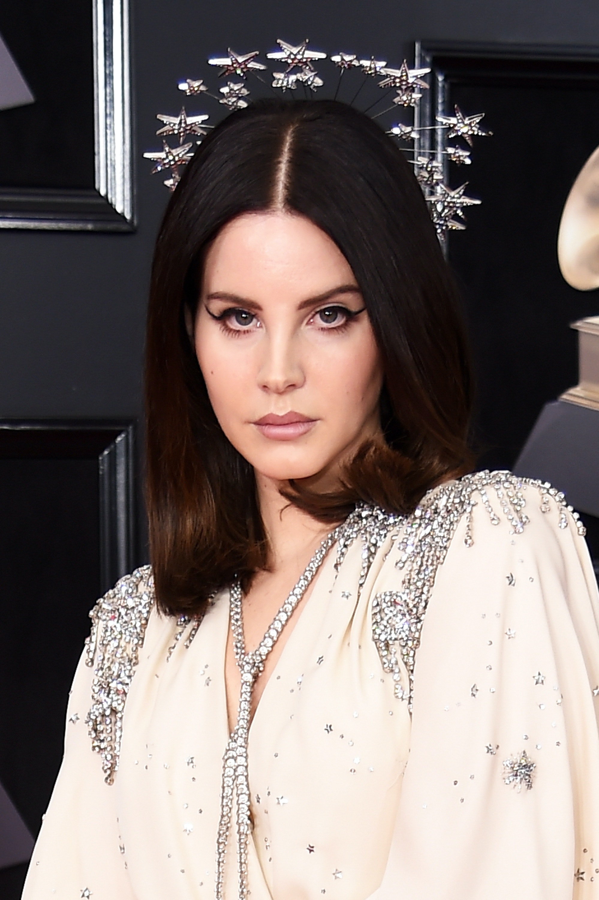 3155f45887f Lana Del Rey Wore A Halo On The 2018 Grammys Red Carpet & Looked Like A  Literal Angel