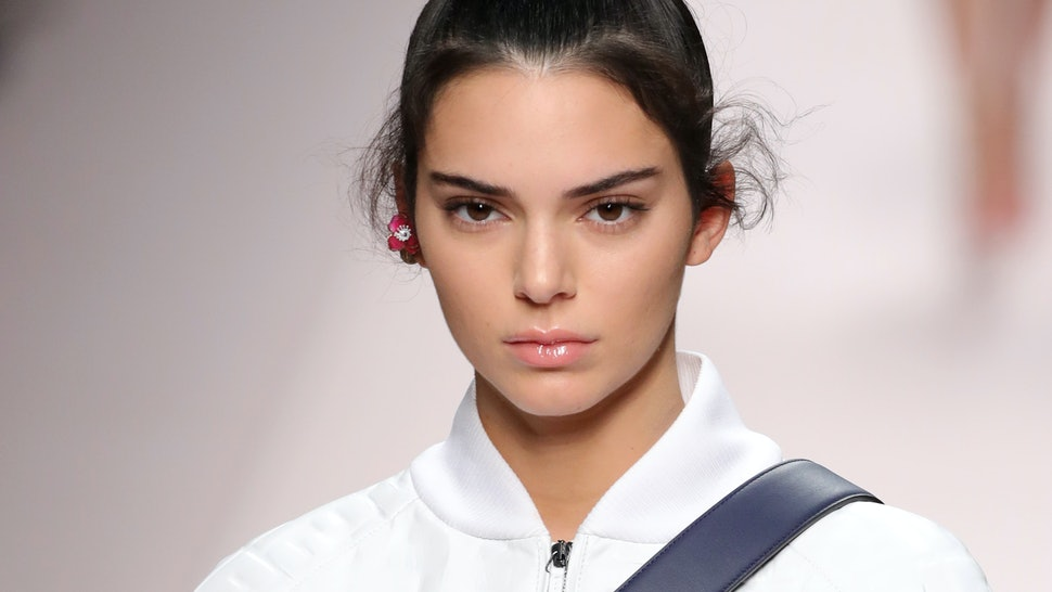 Kendall Jenner s Stretch Comb Accordion Headband Is The Super Cheap  90s  Trend You Can Copy For  3 2465248a797