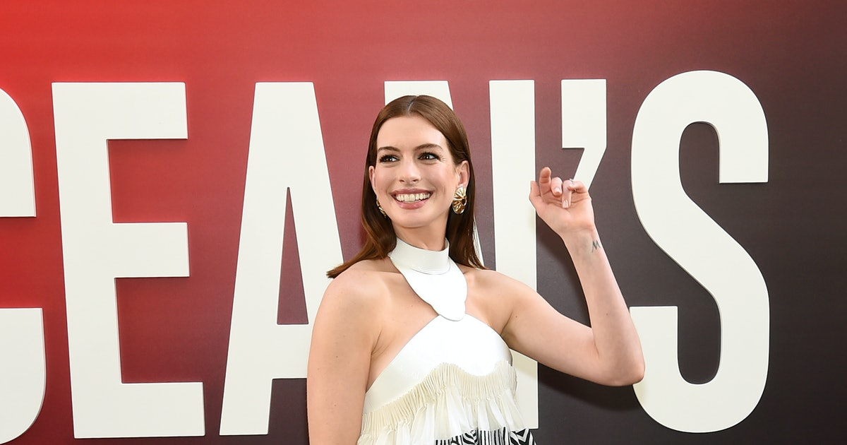 How Anne Hathaways Oceans 8 Co-Stars Supported Her -5335