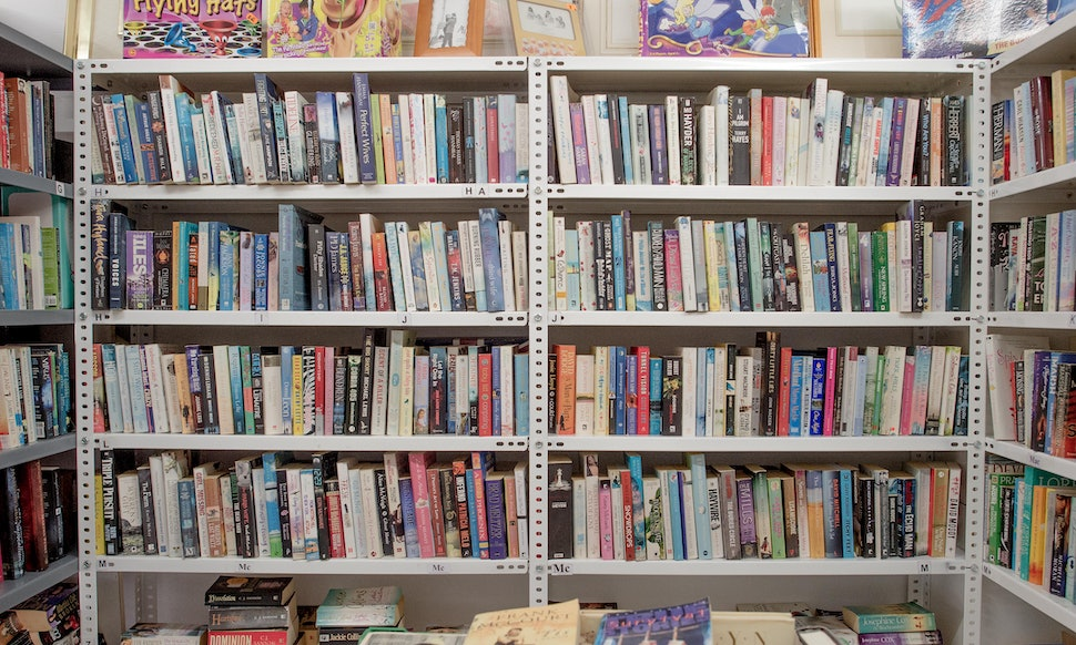 14 things only people who have spent countless hours working in a bookstore understand - Bookshelves For Bookstores