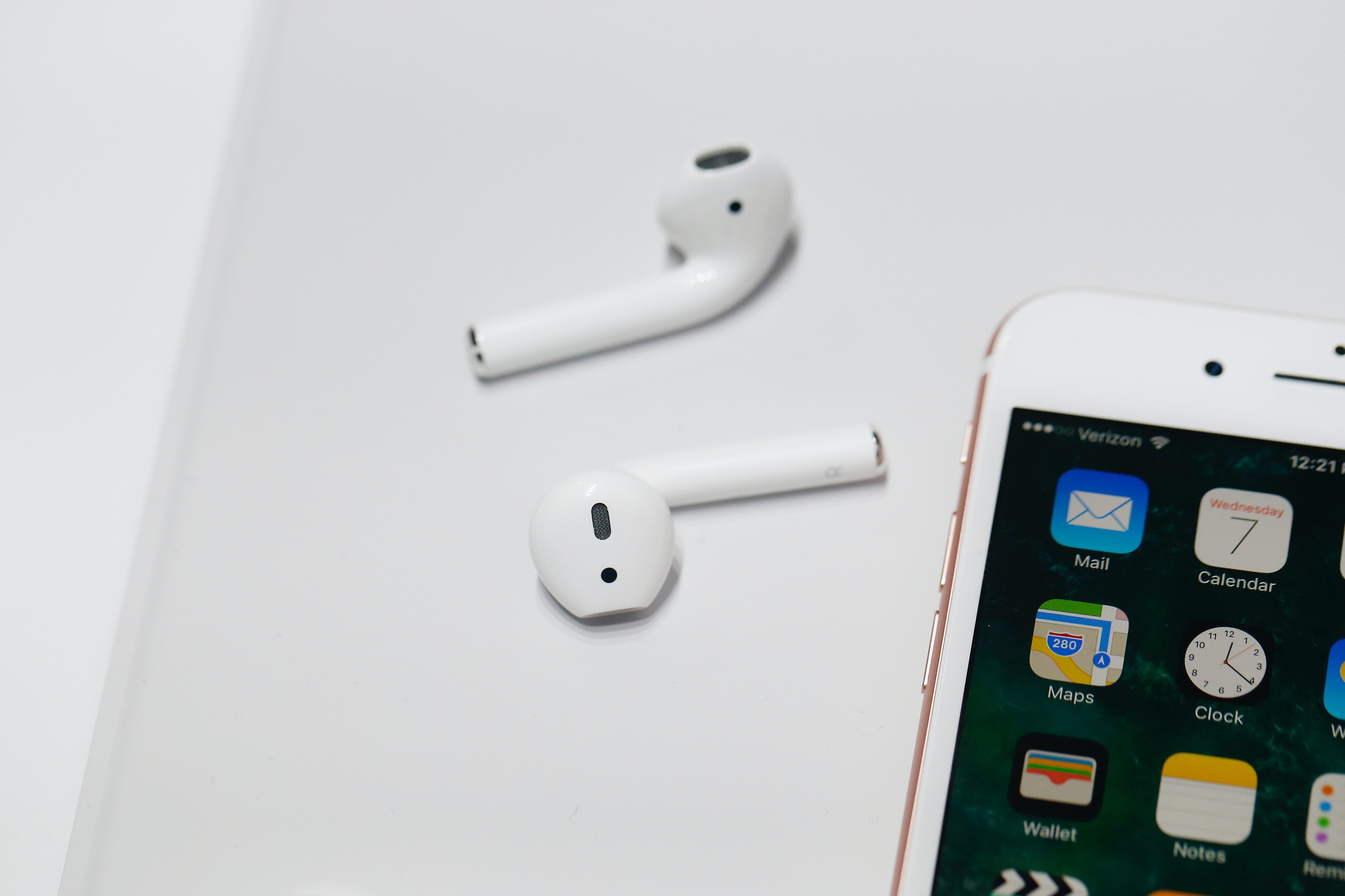 best service cb5b2 b83d9 Will The iPhone XR Work With AirPods? No Need To Panic