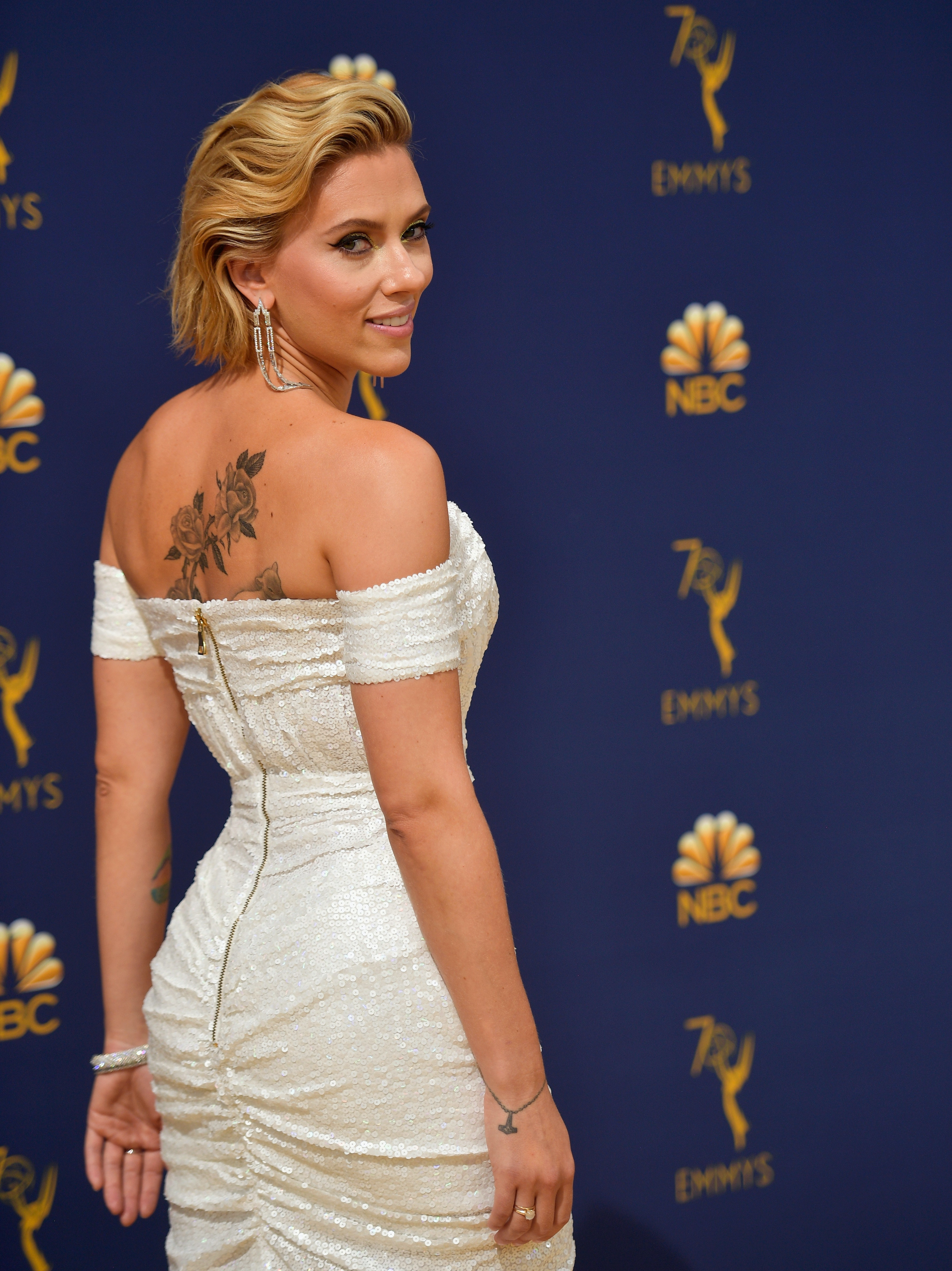 Scarlett Johansson Debuts Blonde Hair At The 2018 Emmys With A Great New Cut Too