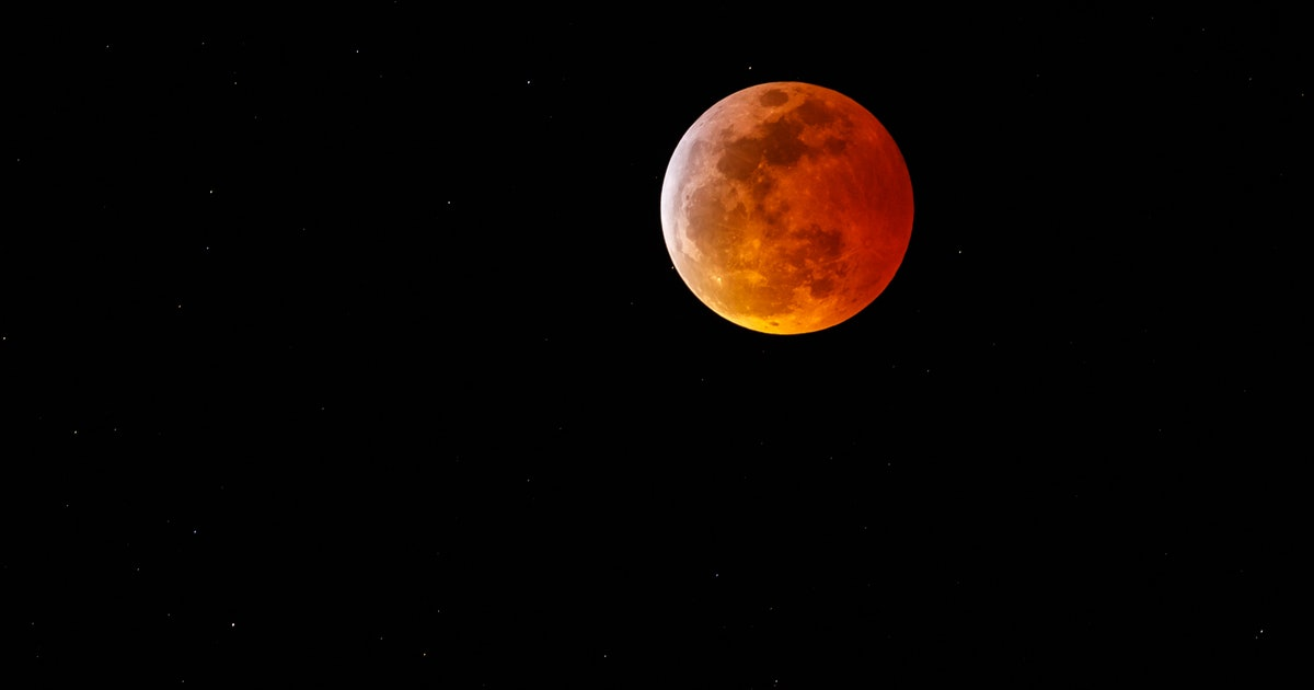 Photos Of The Super Blood Wolf Moon Are Both Spooky & Stunning