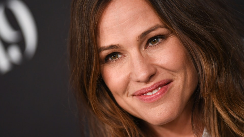 Jennifer Garner delights moms by wearing a robe to her daughter's bus stop.