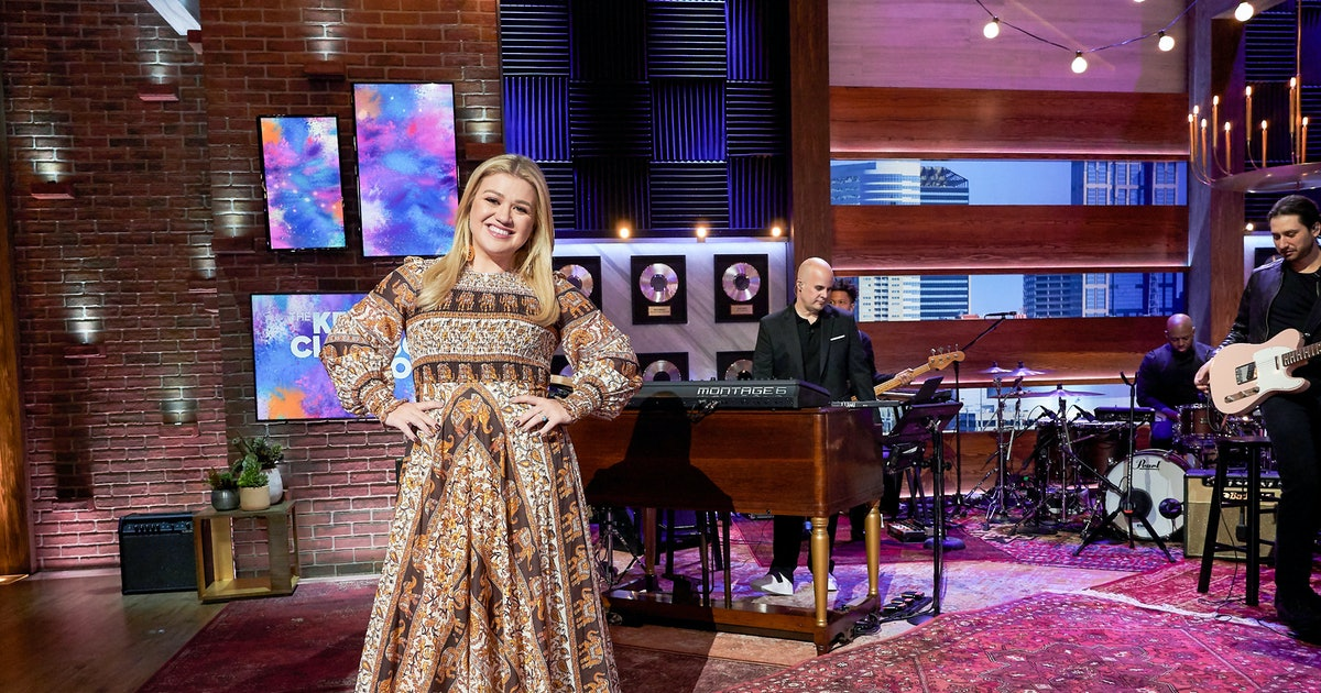 """Kelly Clarkson's Cover Of """"Won't You Be My Neighbor?"""" Will Brighten Your Day"""