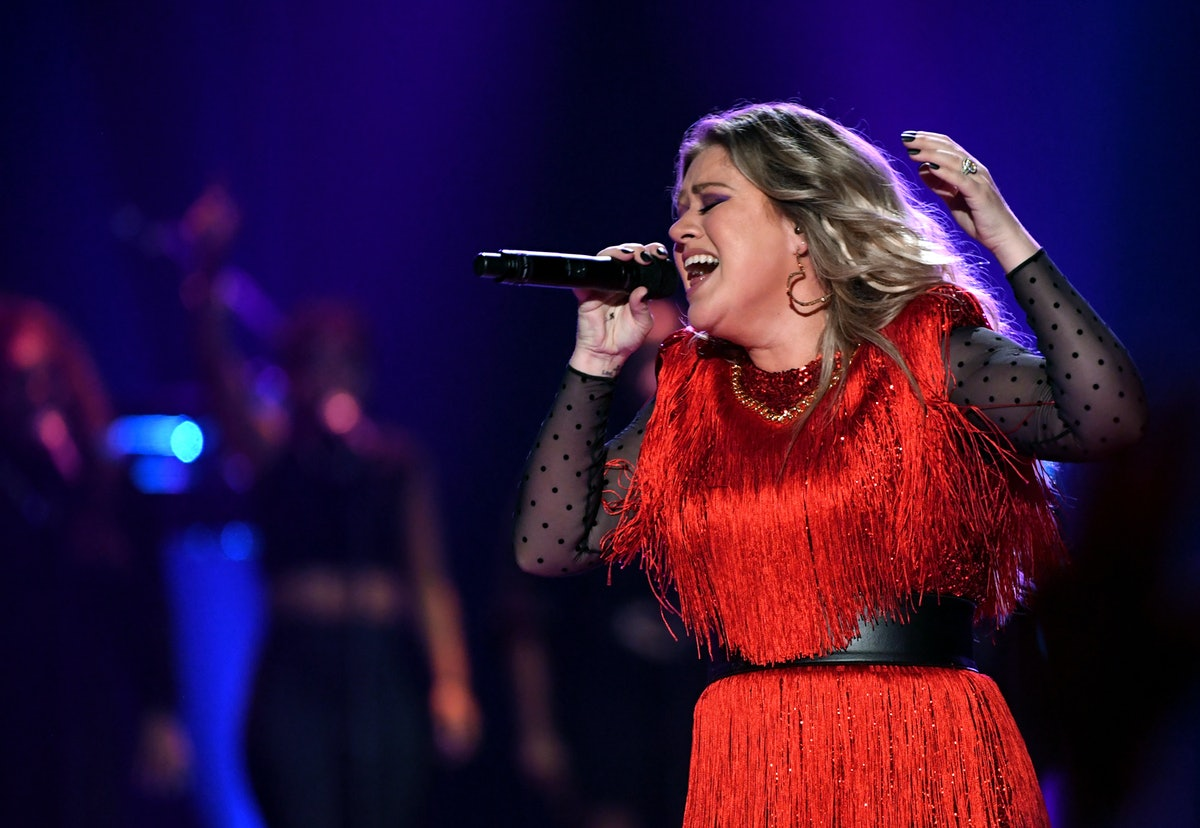 """Kelly Clarkson's """"Shallow"""" Cover Is an Amazing Take On The Lady Gaga & Bradley Track — VIDEO"""
