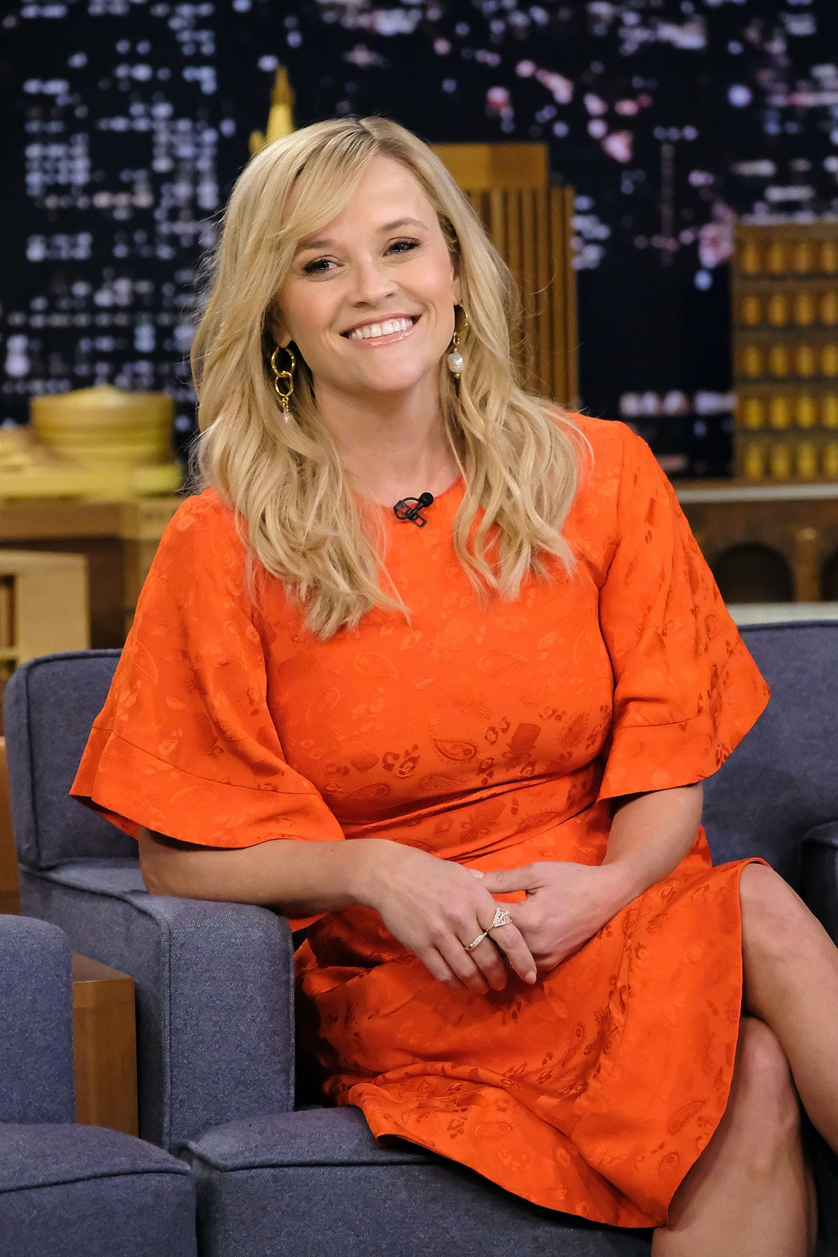 Reese Witherspoon Danced At A Harlem Globetrotters Game & Charlize Theron Totally Rooted For Her — VIDEO