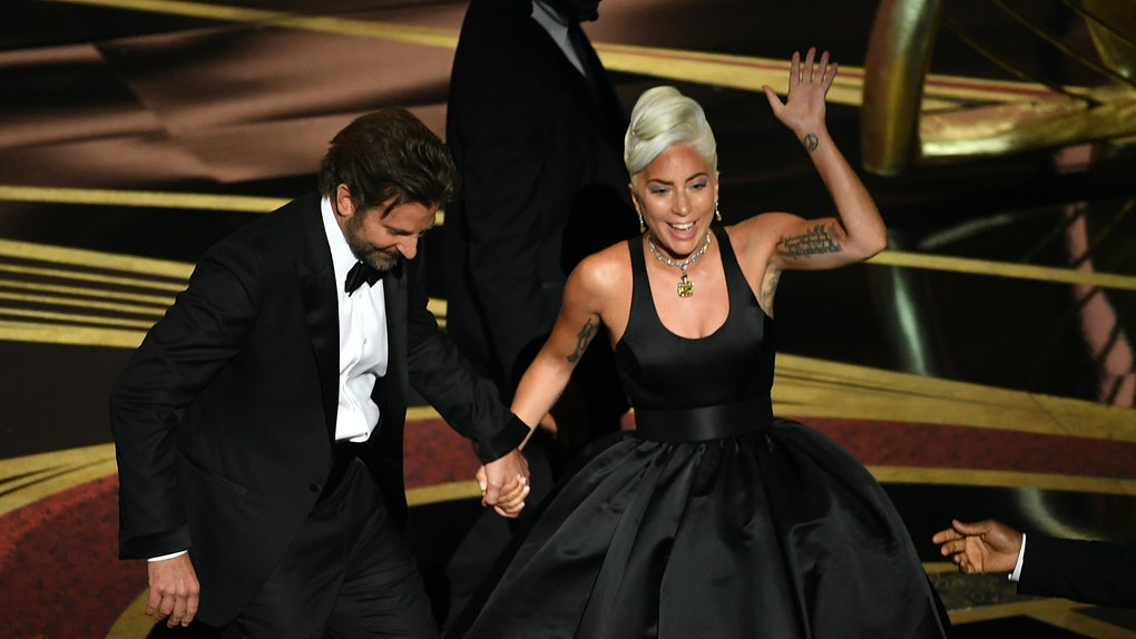 2019 奧斯卡頒獎典禮上 Lady Gaga 女神卡卡與布萊德利庫柏深情對唱《一個巨星的誕生》原創歌曲〈Shallow〉。