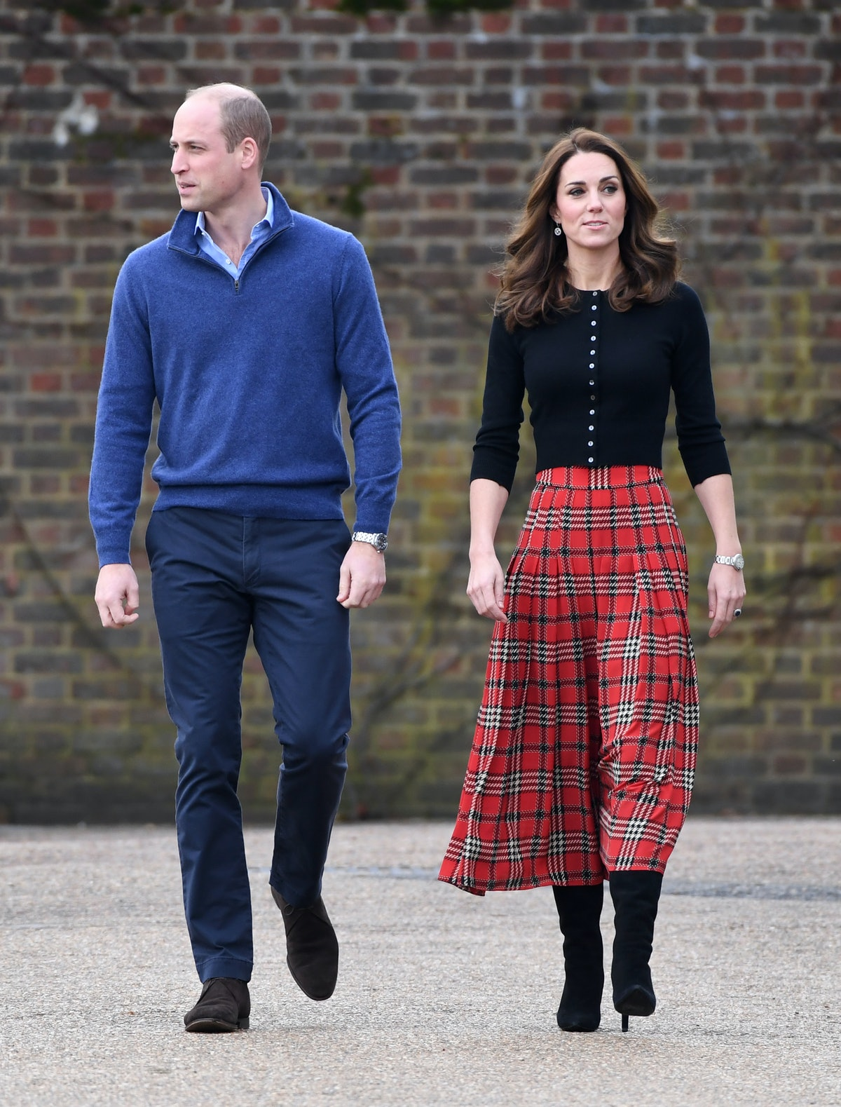 Kate Middleton Strolled Outside Kensington Palace With Her Kids & Tourists Lost Their Minds