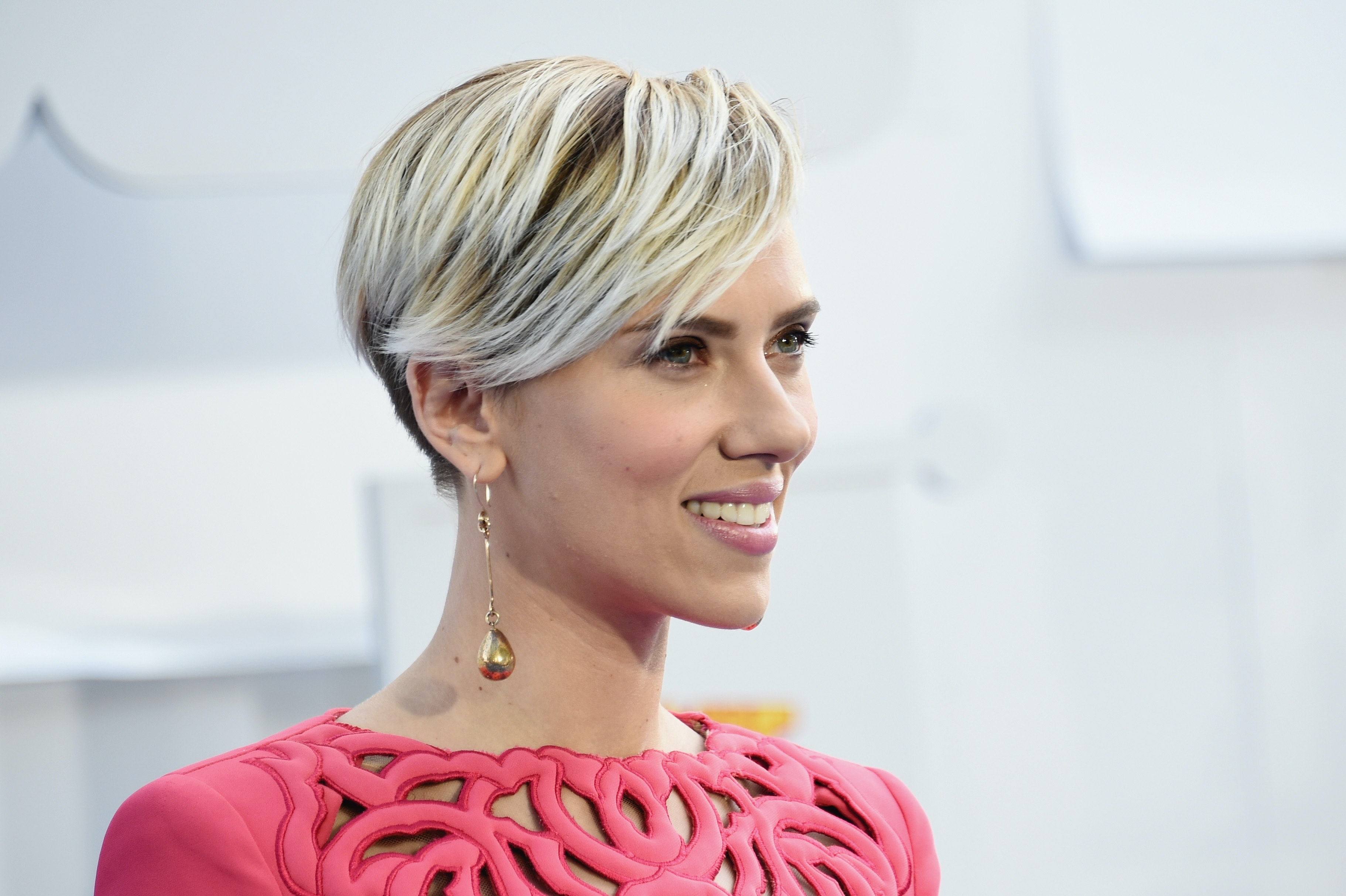 Scarlett Johansson S Sleek Updo Is Surprisingly Easy To Recreate Here S What You Ll Need