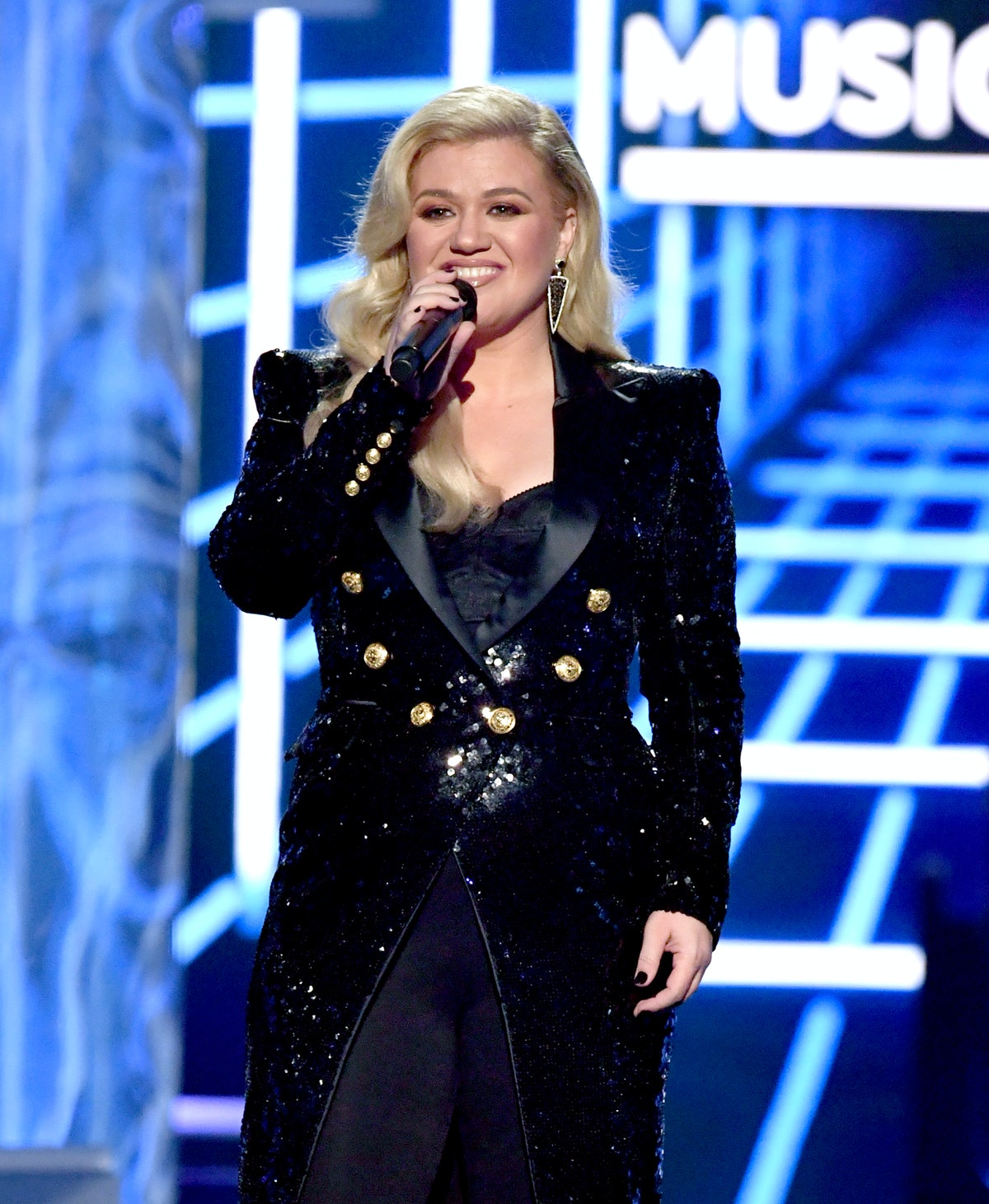 Kelly Clarkson Hosted The BBMAs With Appendicitis & Your Fave Could Never