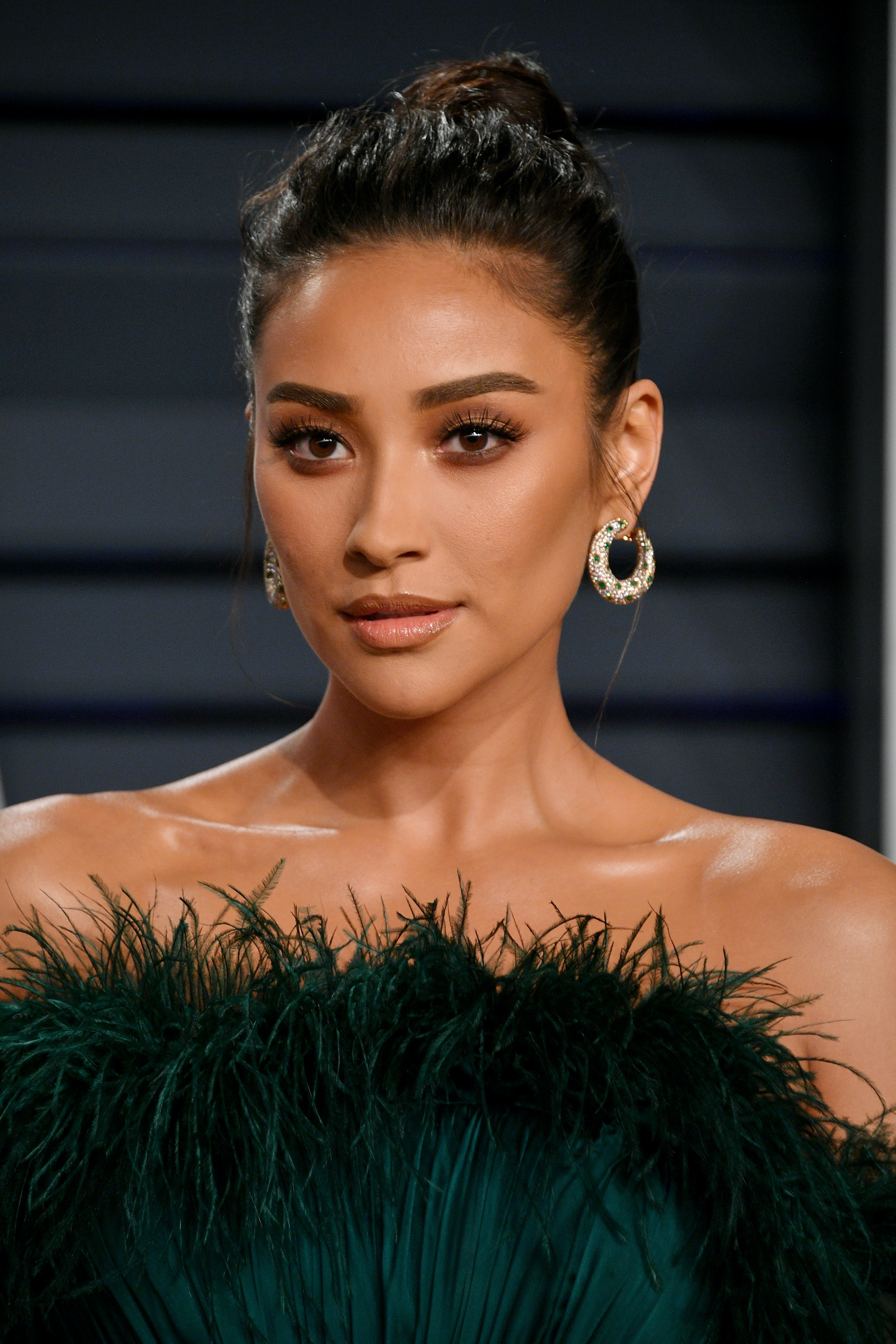 Shay Mitchell S Blue Bob Hair Makes Her Look Totally Unrecognizable