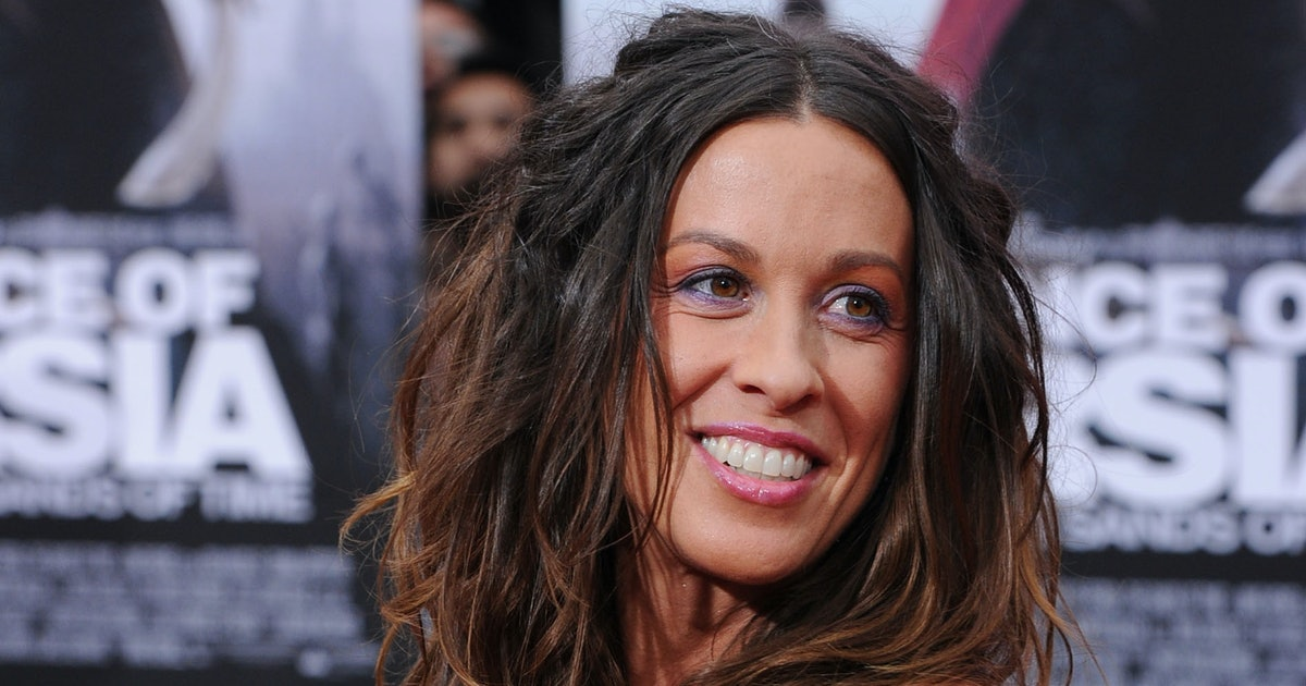 Alanis Morissette's New Breastfeeding Photo Includes An Important Reminder For Parents