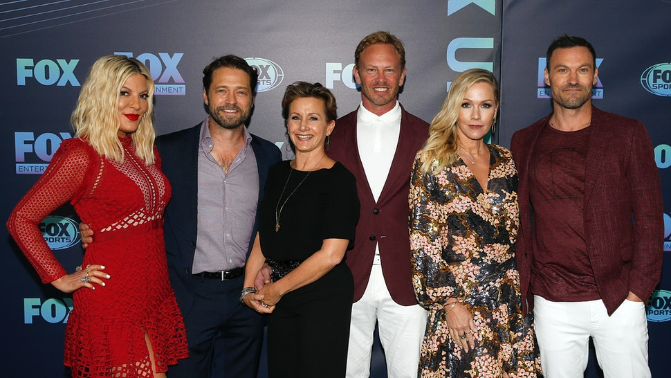 NEW YORK, NY  MAY 13: (L-R) Tori Spelling, Jason Priestley, Gabrielle Carteris, Ian Ziering, Jennie Garth and Brian Austin Green attend the 2019 FOX Upfront at Wollman Rink, Central Park on May 13, 2019 in New York City. (Photo by Dominik Bindl/Getty Images)