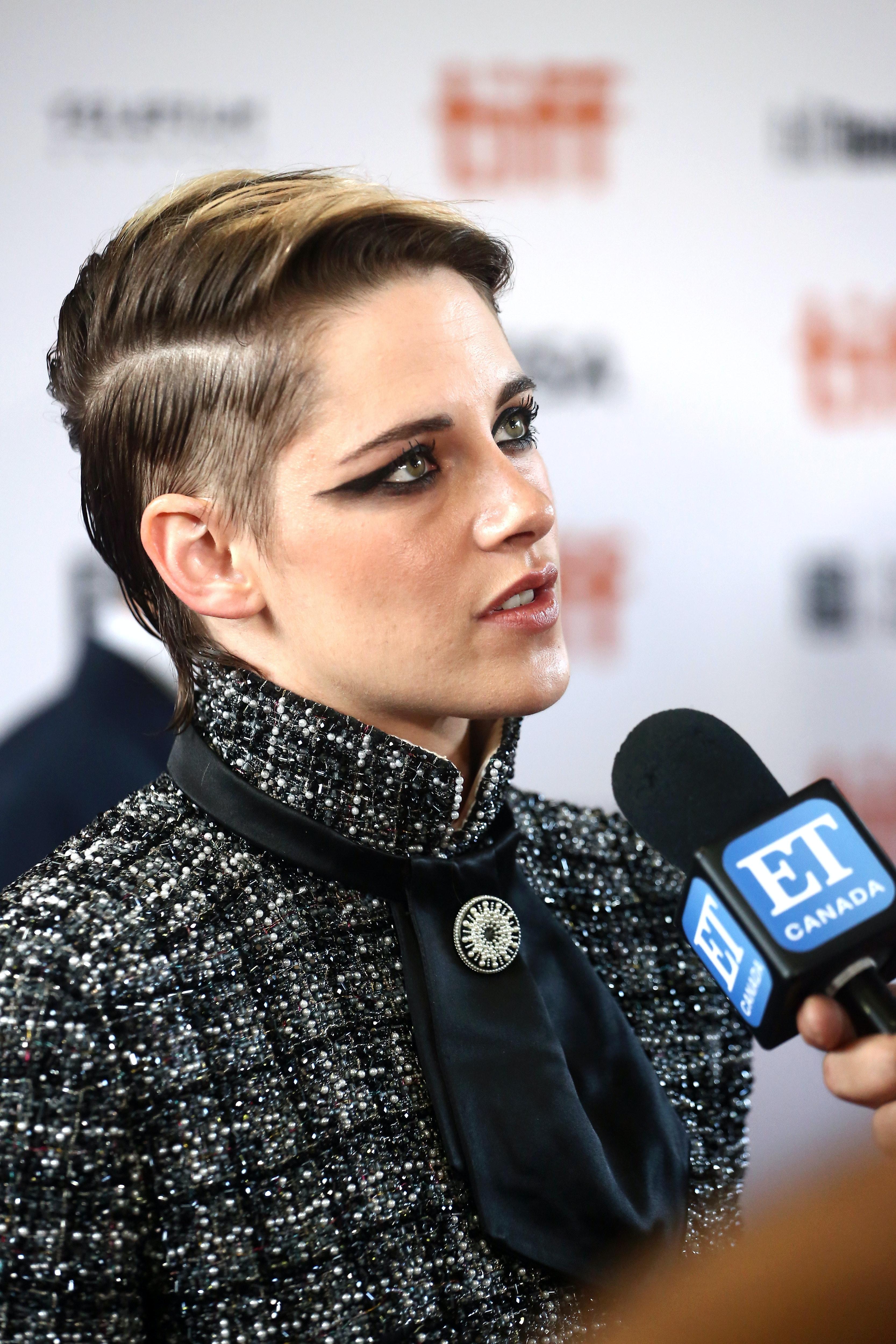 Kristen Stewart S New Short Haircut Is Part Blonde Part Brunette All Fabulous